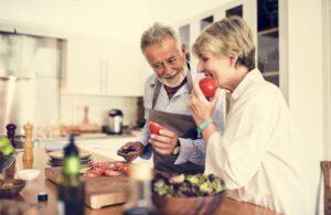 Couple cuisinant des viande de ferme local