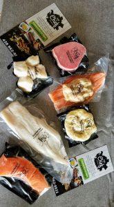 Une sélection de nos produits de poissons et fruits de mer d'ici, congelés, étendus sur une table